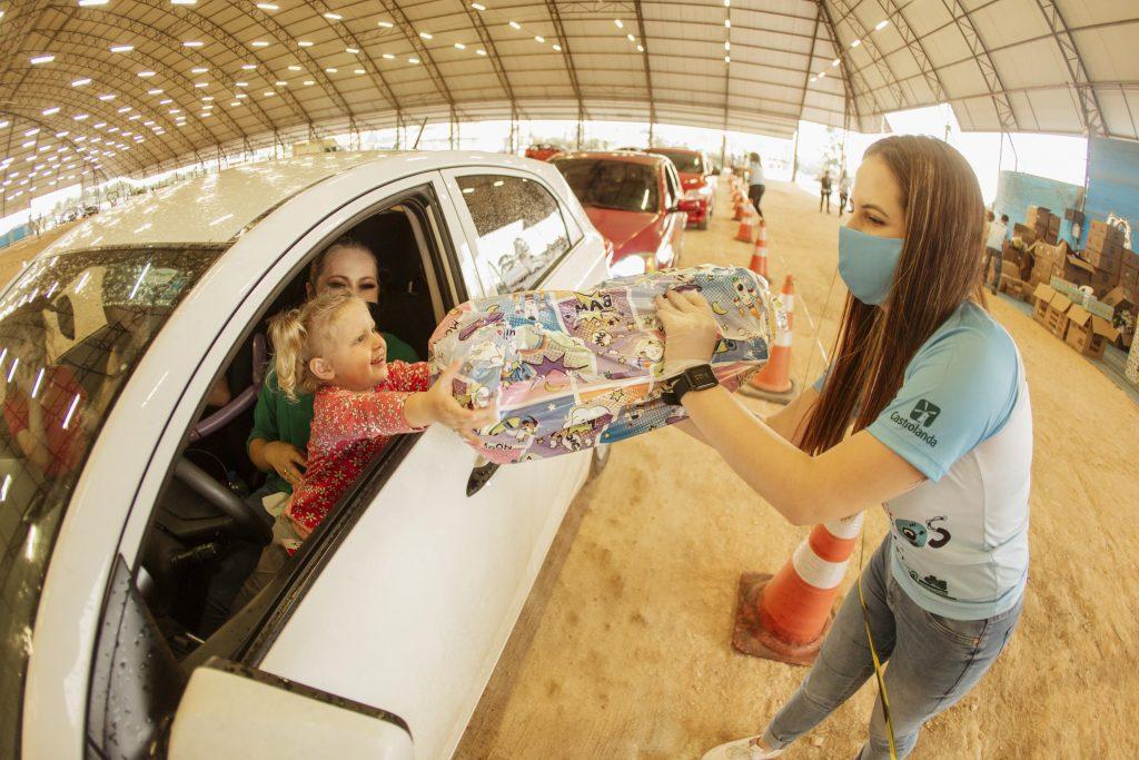 Castrolanda realiza drive thru para entrega de presentes aos filhos de colaboradores